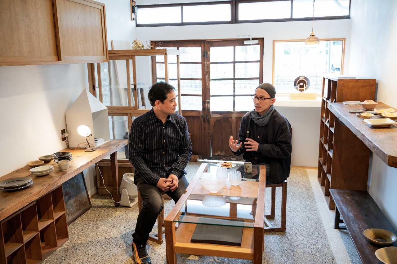 ガラス作家貴島雄太朗とギャラリー店主町田顕彦さんが店内でトークしている様子